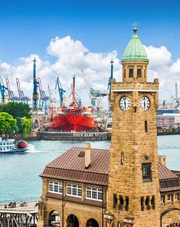 Hamburg Landungsbrücke mit Hafen
