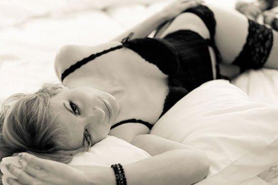 Blonde Frau in sexy Dessous posiert für Akt-Shooting getöntes Bild