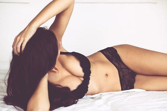 Boudoir Foto von sexy Frau mit stilvollen schwarzen Dessous